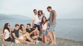 Estate, feste, vacanza gruppo di amici divertendosi sulla spiaggia insieme video d archivio