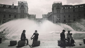 Estate, la gente alla fontana a Karlsplatz-Stachus in Mun Immagine Stock