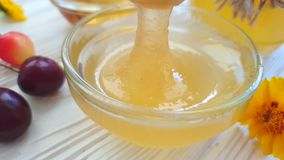 estate matura di sapore di nutrizione della ciliegia del miele fresco un movimento lento concreto grigio del fondo stock footage