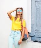 Estate, modo e concetto della gente - ragazza abbastanza fresca dei pantaloni a vita bassa immagini stock libere da diritti