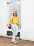 Estate, modo e concetto della gente - ragazza alla moda dei pantaloni a vita bassa immagini stock