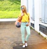 Estate, modo e concetto della gente - woma grazioso alla moda dei pantaloni a vita bassa immagine stock