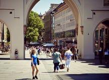Estate a Monaco di Baviera, vista di Karlstor Immagine Stock