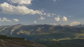 Estate nelle montagne del Caucaso La formazione ed il movimento di si rannuvola i picchi di montagne stock footage