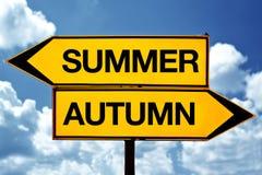 Estate o autunno di fronte ai segni Fotografia Stock Libera da Diritti