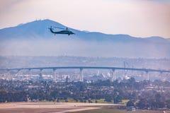 Estate a San Diego San Diego Skyline e selettori rotanti militari sul cielo sopra il ponte di Coronado Fotografie Stock