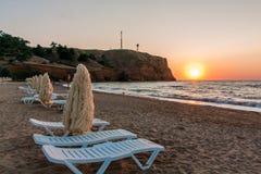 Estate sul mare Tramonto nella stazione turistica Loungers di Sun sulla spiaggia fotografie stock libere da diritti