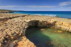 Estate sulla spiaggia isolata Costa di Salento: ha caratterizzato dalle piccole baie e scogliere sabbiose, arco roccioso e pile d immagini stock libere da diritti