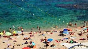 Estate sulla spiaggia sotto il Sun in Spagna video d archivio