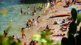 Estate sulla spiaggia sotto il Sun in Spagna stock footage
