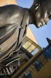 Estatua académica de bronce en la universidad Foto de archivo