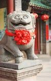 Estatua adornada por Año Nuevo chino Imágenes de archivo libres de regalías