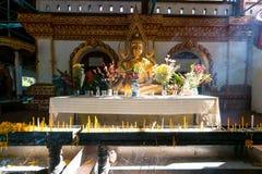 Estatua agradable de Buda del oro con la vela, el incienso y la flor para la adoración Imagen de archivo libre de regalías