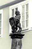 Estatua alemana delante de ventanas Imagen de archivo libre de regalías