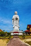estatua alta 100-foot de un Buda derecho en el templo Bachok Kelantan Malasia de Phothikyan Phutthaktham La foto fue tomada 10 /2 Foto de archivo