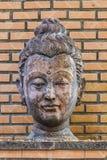 Estatua antigua de Buda de la cabeza en Wat Umong, Chiang Mai, Tailandia Foto de archivo libre de regalías