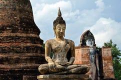 Estatua antigua de Buda en Sukhothai imagenes de archivo