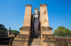 Estatua antigua de Buda en Wat Mahathat en el parque histórico de Sukhothai en Sukhothai, Tailandia Foto de archivo