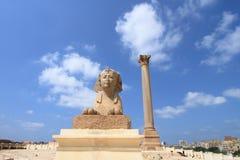 Estatua antigua de la esfinge y pilar de Pompey Foto de archivo libre de regalías