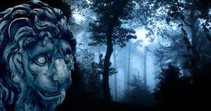 Estatua antigua del león en bosque brumoso imagen de archivo libre de regalías