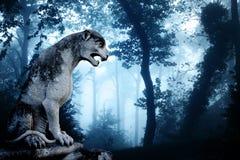 Estatua antigua del león en bosque brumoso fotografía de archivo