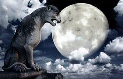 Estatua antigua del león y luna brillante en el cielo nocturno stock de ilustración