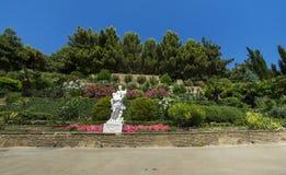 Estatua antigua en el parque del verano Imagen de archivo