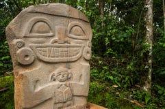 Estatua antigua que detiene a un niño fotografía de archivo