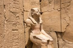 Estatua asentada del faraón Thutmose III imagen de archivo libre de regalías