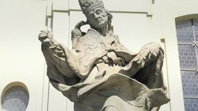 Estatua barroca de la piedra arenisca, santo santo cristiano, escultura de piedra almacen de metraje de vídeo