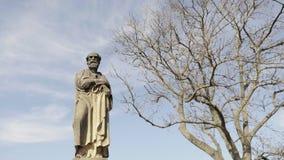 Estatua barroca de la piedra arenisca, santo santo cristiano, escultura de piedra almacen de video