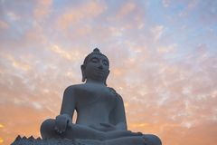 Estatua blanca de Buda contra el cielo de la salida del sol Fotografía de archivo libre de regalías