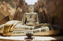 Estatua blanca de Buda en el templo de Wat Sri Chum en el parque histórico de Sukhothai en Sukhothai, Tailandia Imagenes de archivo