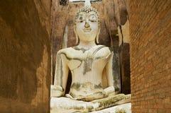 Estatua blanca de Buda en el templo de Wat Sri Chum en el parque histórico de Sukhothai en Sukhothai, Tailandia Imágenes de archivo libres de regalías