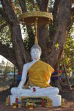 Estatua blanca de Buda en Wat Phra Sri Beautiful Temple Bangkok Tailandia imagenes de archivo
