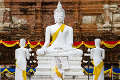 Estatua blanca de buddha Imágenes de archivo libres de regalías