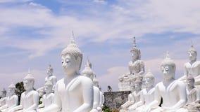 Estatua blanca de buddha Imagenes de archivo
