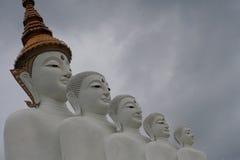 Estatua blanca de buddha Fotos de archivo libres de regalías