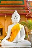Estatua blanca de Buddha con el cielo azul Imagen de archivo