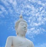 Estatua blanca de Buddha y cielo azul en Tailandia Fotos de archivo