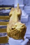 Estatua blanca de la mamá (león) en templo tailandés Fotografía de archivo
