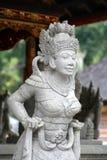 Estatua blanca de la piedra arenisca del Balinese de la mujer en templo Foto de archivo