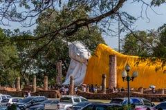 Estatua blanca de mentira de Buda en la religión del buddhism Imágenes de archivo libres de regalías