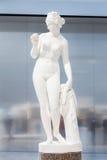 Estatua blanca de una hembra en la lente del Louvre Fotos de archivo libres de regalías