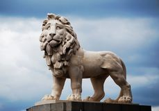 Estatua blanca del león en el puente de Westminster en Londres, Inglaterra fotos de archivo