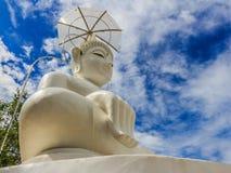 Estatua blanca grande de Buda en el templo de Tailandia Imagen de archivo