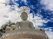 Estatua blanca grande de Buda en el templo de Tailandia Imagenes de archivo