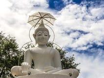 Estatua blanca grande de Buda en el templo de Tailandia Fotografía de archivo libre de regalías