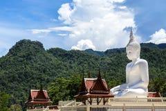 Estatua blanca grande de Buda que se sienta en la montaña del valle Foto de archivo