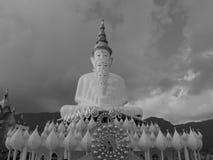 Estatua blanco y negro de Buda imagen de archivo